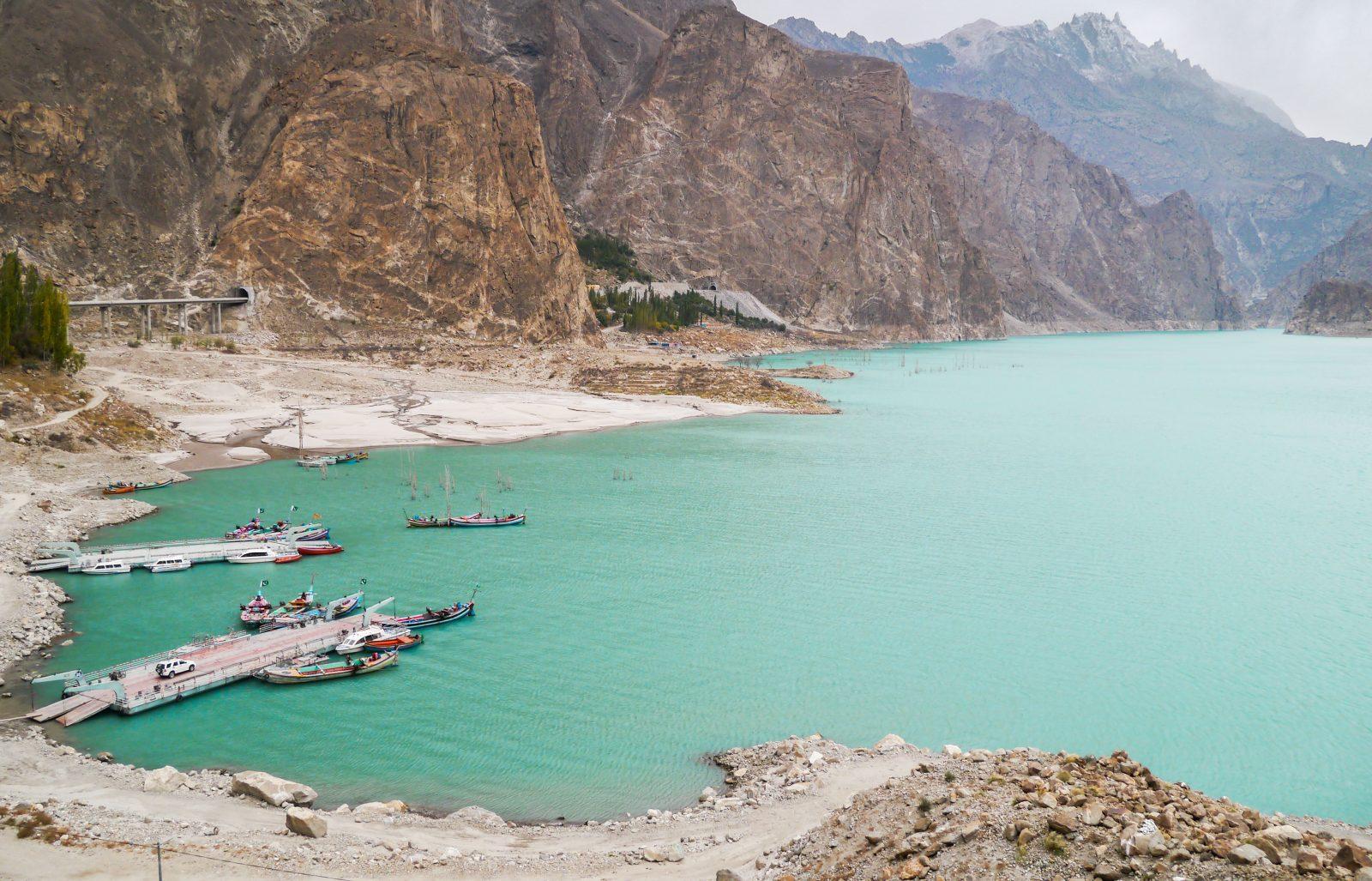 lodowiec-hopar-i-jezioro-attabad